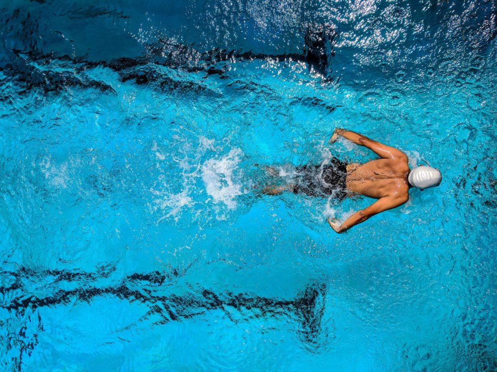 Nageur dans la piscine