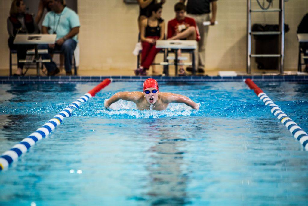 Nageur du 50m à la piscine